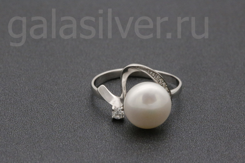Кольцо с жемчугом и фианитами из серебра 925