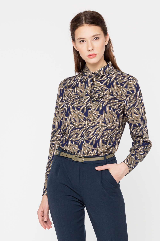 Блуза Г689в-786 - Офисный – не значит скучный! Это утверждение доказывает классическая блуза, украшенная растительным принтом в осенней цветовой гамме: бежевый, коричневый, синий цвета создают благородное и запоминающееся сочетание.Наличие в составе ткани эластана говорит о таком качестве модели, как комфорт – блузка отлично сидит на фигуре и имеет аккуратный вид в течение всего дня, что так важно в условиях активной современной жизни.