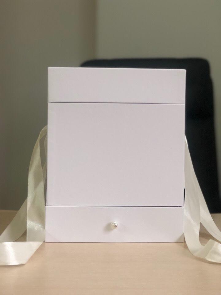 Квадратная коробка с отделением для подарка. Цвет: Белый . В розницу 500 рублей .