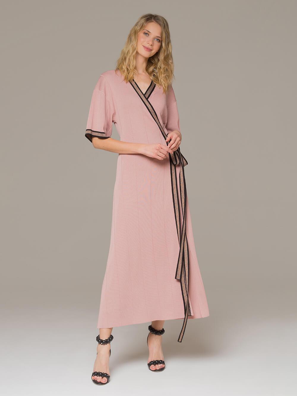 Женское платье розового цвета с запахом - фото 1