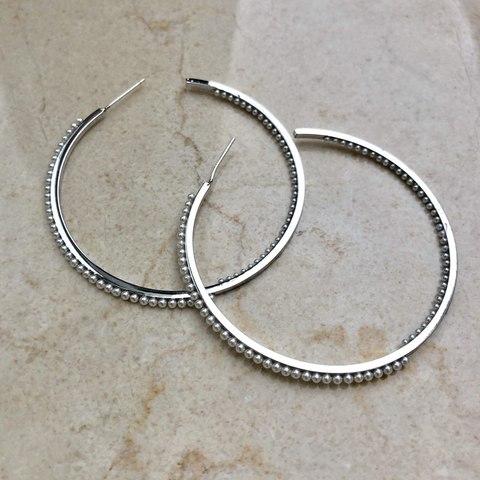 Серьги Колечки с маленькими жемчужными вставками, серебряный цвет