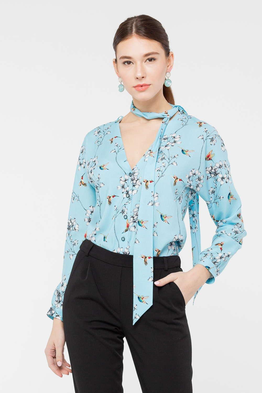 Блуза Г692а-761 - Женственная блуза с v - образным вырезом, подчёркивающим декольте, изготовлена из мягкой вискозы редкого бирюзового цвета и украшена всегда актуальным цветочным принтом. В качестве дополнительного украшения дизайном предусмотрена завязка-бант, привлекающая внимание к шее. Блузка хорошо сочетается с любым однотонным низом.