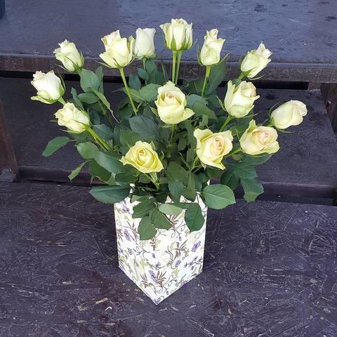 Ваза деревянная с розами 3