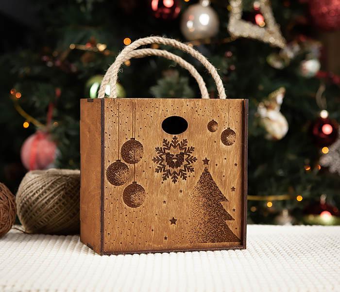 BOX201-2 Новогодняя деревянная коробка с ручками (17*17*10 см)