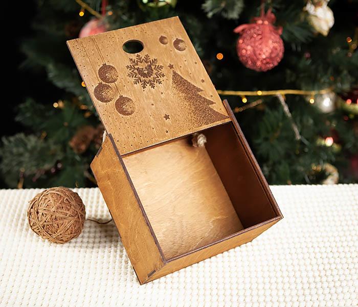 BOX201-2 Новогодняя деревянная коробка с ручками (17*17*10 см) фото 05