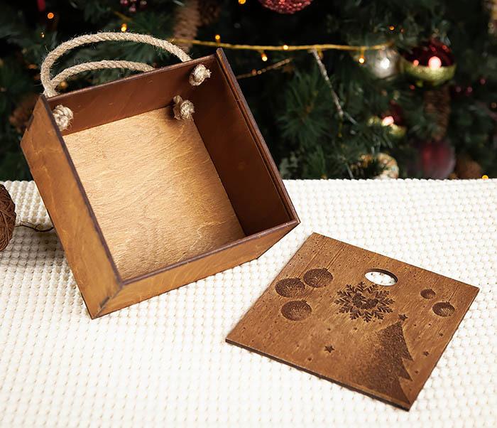 BOX201-2 Новогодняя деревянная коробка с ручками (17*17*10 см) фото 06
