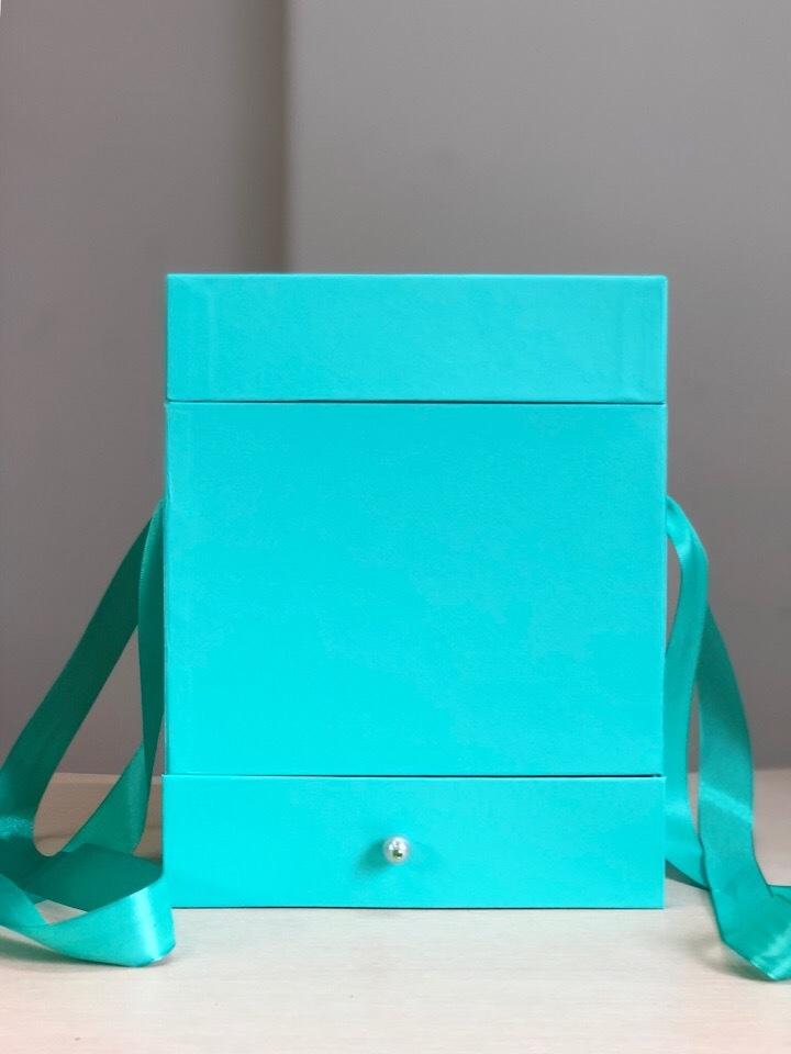 Квадратная коробка с отделением для подарка. Цвет: Тиффани . В розницу 500 рублей .