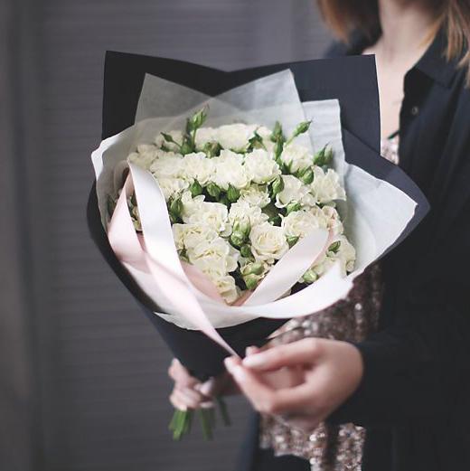 Купить небольшой букет 9 кустовых белых роз в Перми