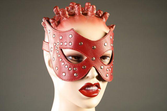 Красная кожаная маска с заклёпками
