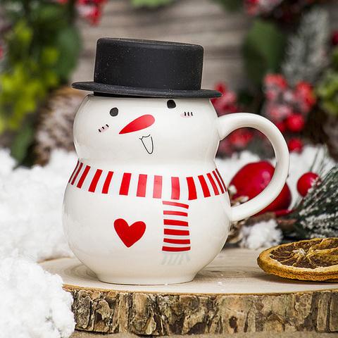 Новогодняя кружка белый снеговик в чёрной шляпе с сердечком красный шарфик