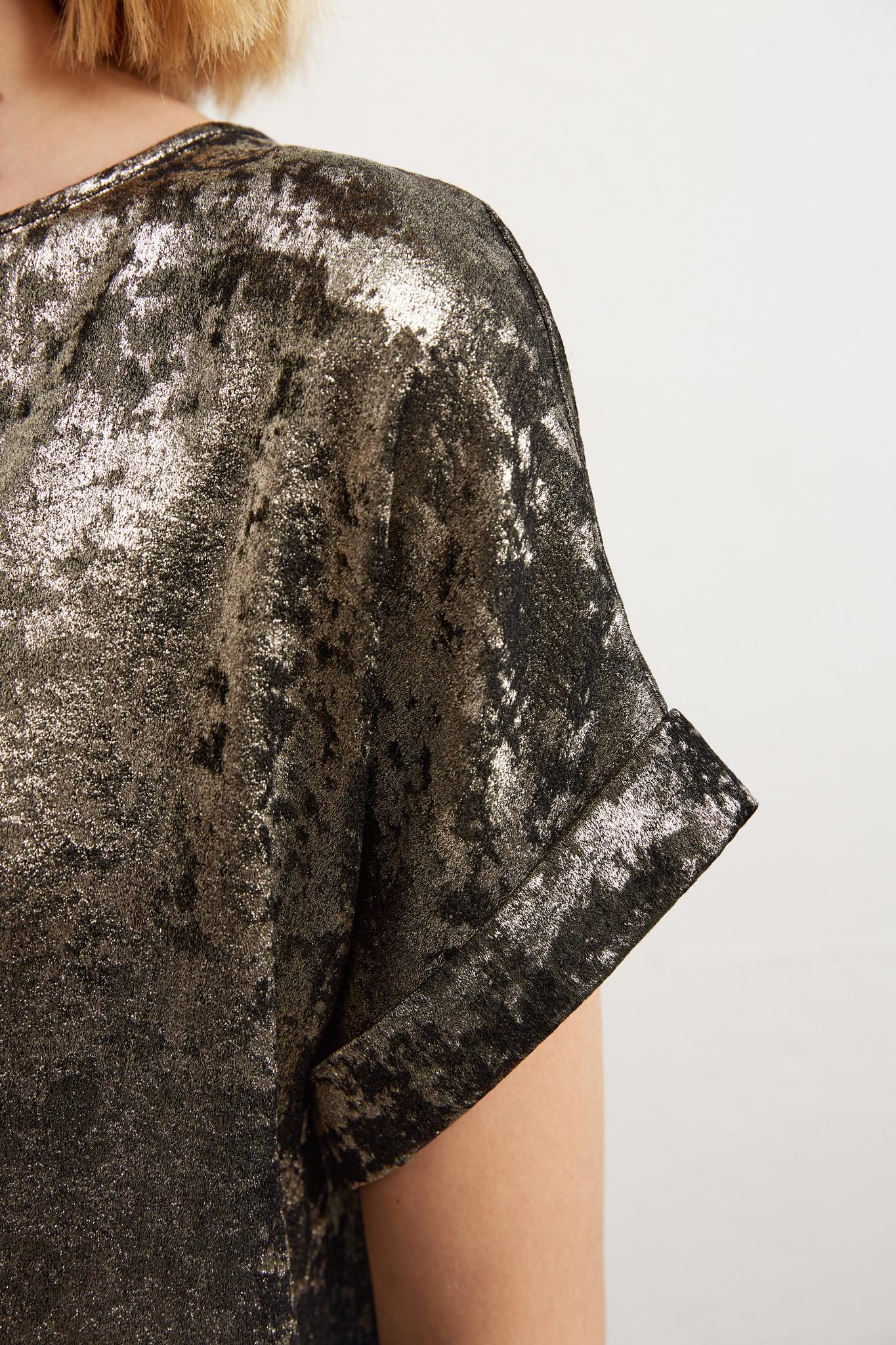 Топ с люрексом и декоративным разрезом на спине