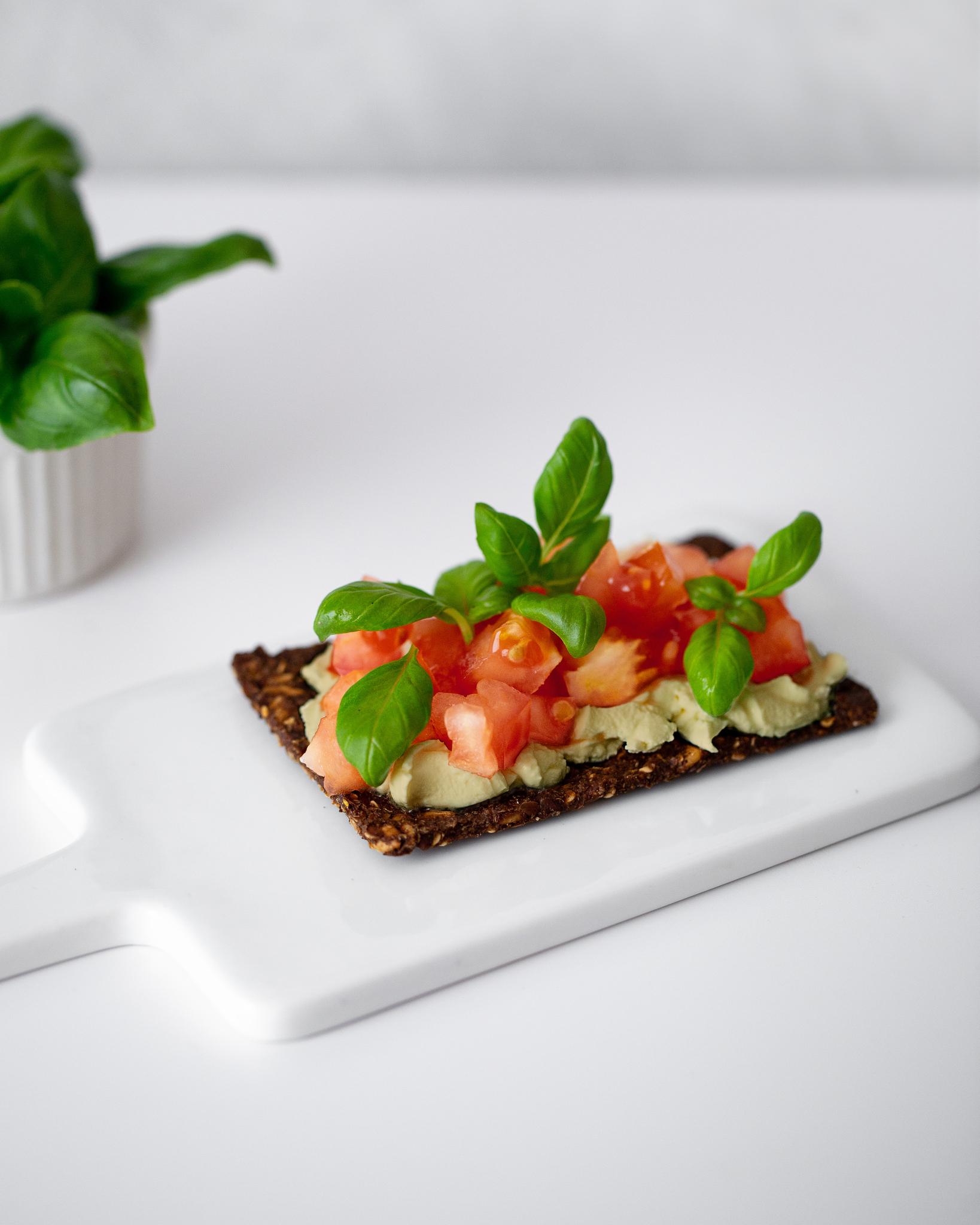Скандинавские хлебцы с нутовым дипом и свежим томатом