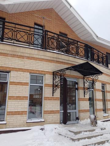 Кованый козырек №11 с металлическим листом  на фасаде дома