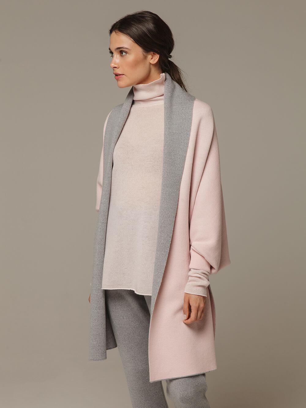 Женский шарф с рукавами и комбинацией розового и серого цветов из 100% шерсти - фото 1
