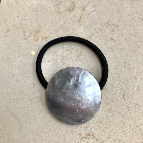 Резинка для волос с диском серо-фиолетового цвета