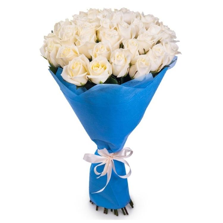 Букет цветов 35 белых роз в фетре