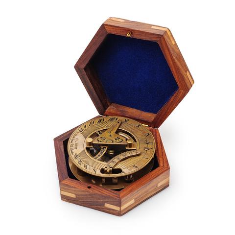 Солнечные часы с компасм