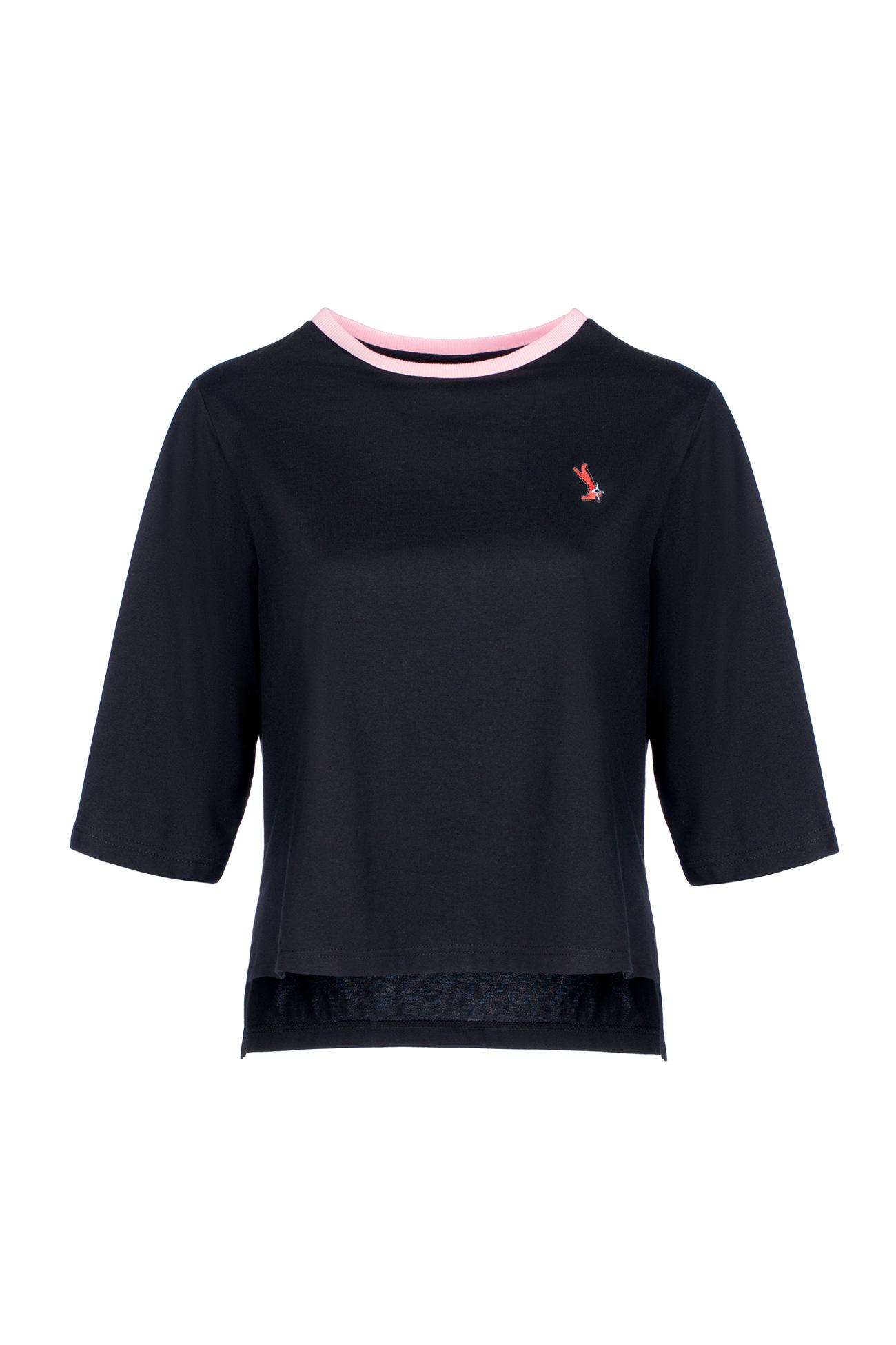 Черная футболка с розовым воротником