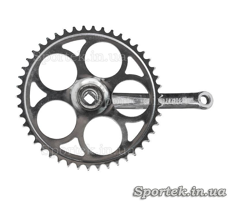 Вид с обратной стороны на шатуны для односкоростного велосипеда под квадрат, звезда на 46 зубьев, 165 мм