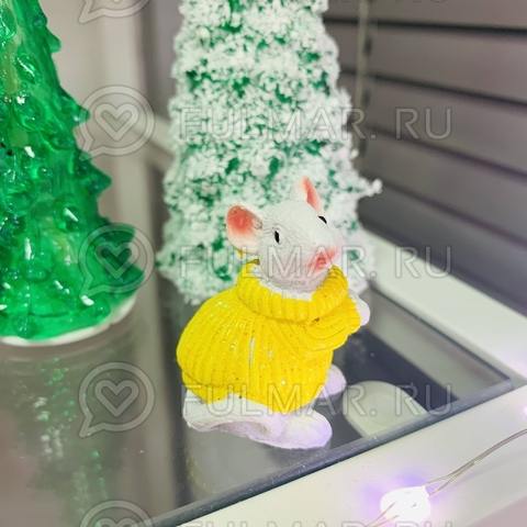 Талисман сувенир Белая Мышка Pretty Mouse символ 2020 в жёлтом свитере с блёстками