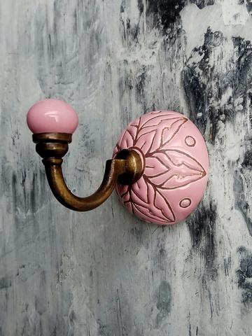 Крючок керамический розового цвета с цветочным орнаментом