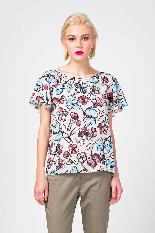 Блуза Г667-399 - Женственная блуза из 100% вискозы украшена крупным цветочным принтом. Вырез горловины «лодочкой» открывает изящную линию шеи и ключицы. Короткие рукава «крылья» сделали дизайн более воздушным. Блуза хорошо сочетается практически с любым низом, юбками или брюками.