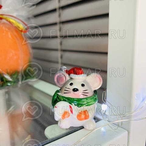 Талисман сувенир Мультяшная Мышка Funny Mouse символ 2020 в зелёном шарфе с конфетой