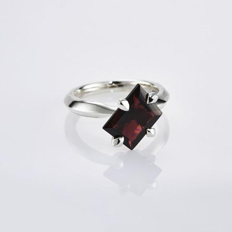 Кольцо с красным гранатом 16 размер