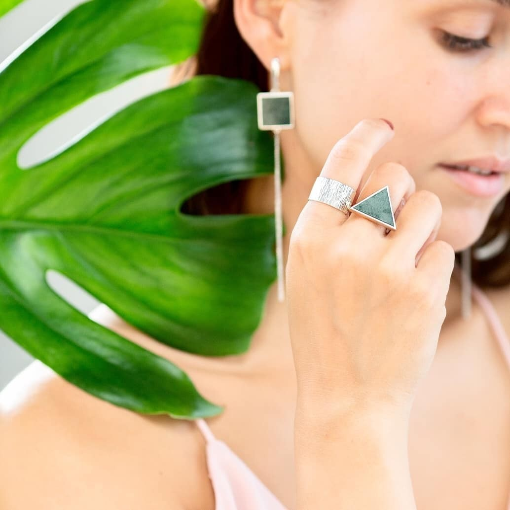Серебряные серьги кисти с зелёным мрамором квадратной формы
