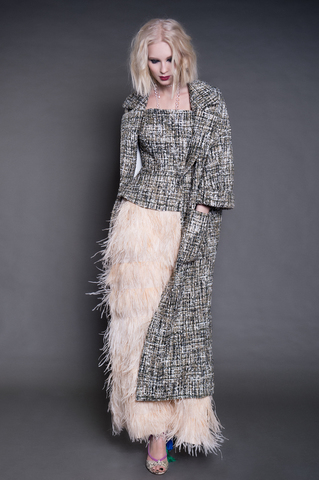 Летнее пальто и корсет из буклированной ткани, длинная юбка из страусиных перьев.