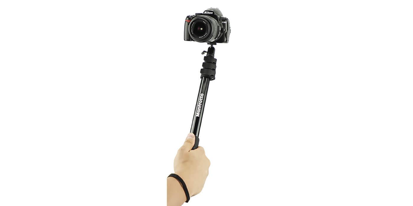 Монопод-штатив Manfrotto Compact Xtreme 2-в-1 с камерой вид спереди