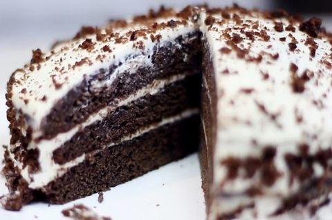 Большой безглютеновый черемуховый торт украшен цветным мини-драже