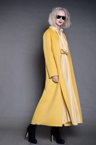 Длинное пальто из кашемира с разрезами.