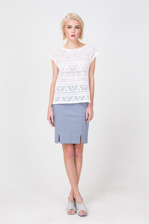 Т-шот М362-496 - Белый т-шот, выполненный ажурной вязкой, - отличная альтернатива привычным футболкам и топам. Модель с короткими цельнокроеными рукавами.  Легкая полупрозрачность наделила его сдержанной сексуальностью. Модель великолепно сочетается с различными юбками и брюками.