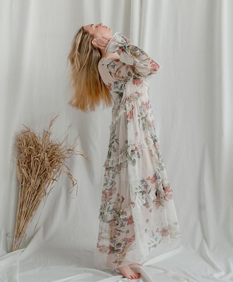 Платье с цветочным принтом бежевое