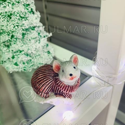 Талисман сувенир Белая Мышка Pretty Mouse символ 2020 в винном свитере с блёстками