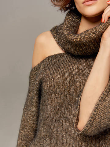 Женский джемпер золотого цвета со открытым плечом - фото 3