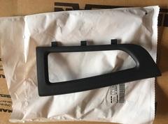 В наличии оригинальная накладка на внутреннюю ручку двери  грузовика MAN TGL/TGM/TGA  Производитель - MAN  Оригинальный номер MAN - 81626410122