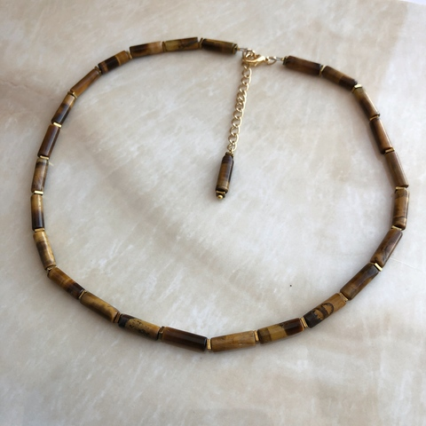 Колье-чокер, из натурального камня (тигровый глаз) и гематита.