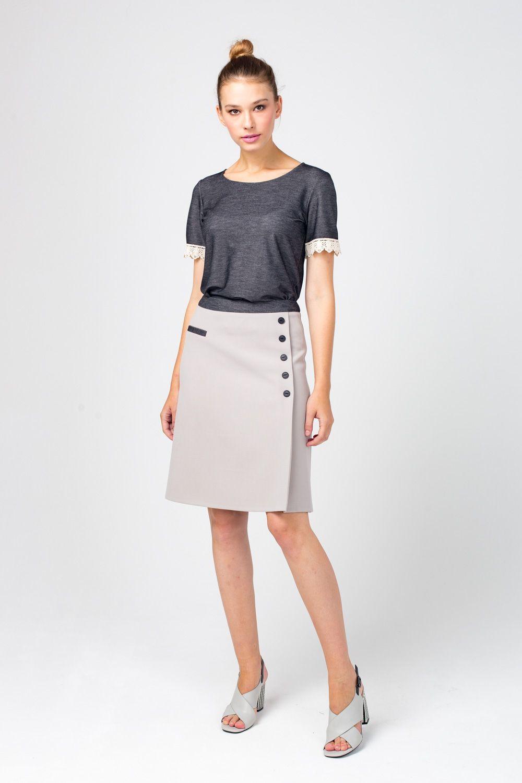 Юбка Б119-399 - Мини-юбка красивого серого оттенка, оформленная декоративной застежкой на пуговицы, станет прекрасным элементом любого женского гардероба. Модель легкой трапециевидной формы, за счет чего зрительно стройнит. В состав ткани входит эластан, поэтому юбка хорошо садится по фигуре. Застегивается юбка на молнию.