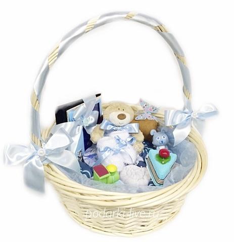 Букет из детской одежды в корзине