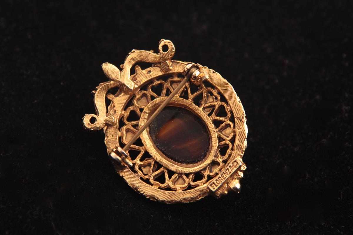 Брошь с коричневой камеей от Florenza