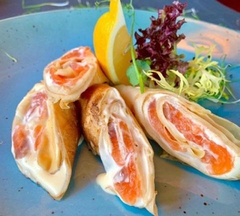 Млинец з лососем сс та сирним соусом