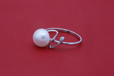 Кольцо с жемчугом и фианитом из серебра 925