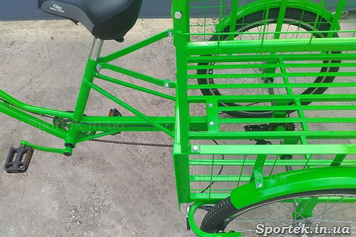 Вид згори на сідло і вантажну платформу без додаткової частини триколісного вантажного велосипеда