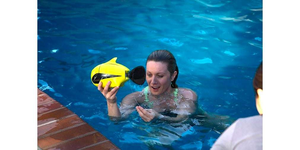 Подводный дрон RoboSea BIKI V1.0 желтый в руках