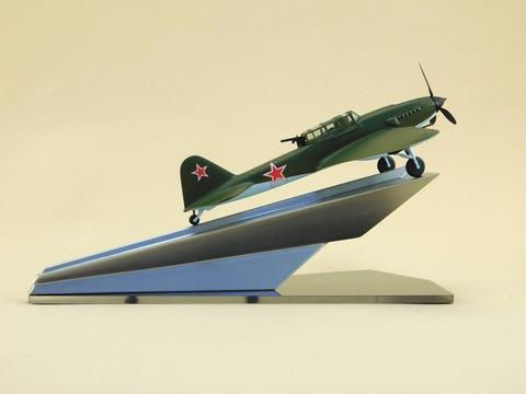 Модель самолета Ил-2 (М1:72, ВВС СССР на постаменте)