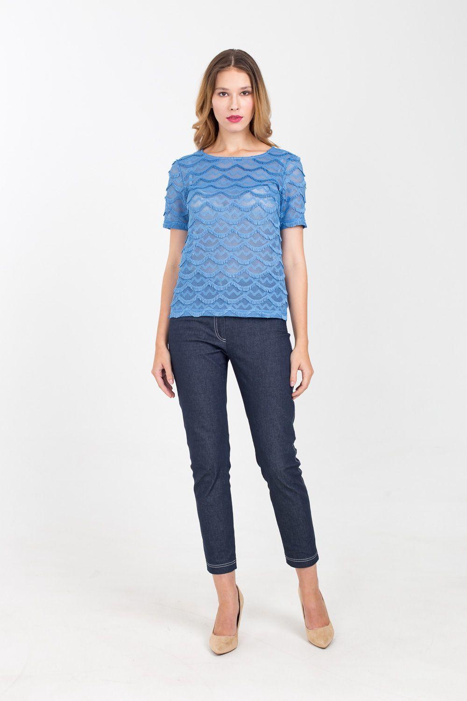 Т-шот М368-243 - Т-шот, украшенный волнообразными фактурными вставками с короткой бахромой, станет объектом повышенного внимания окружающих. Модель прямого силуэта выполнена в красивом голубом цвете, имеет продуманную длину и равнозначно хорошо сочетается как с юбками, так и с брюками. Т-шот может стать как частью вечернего образа, так и деталью повседневных комплектов.