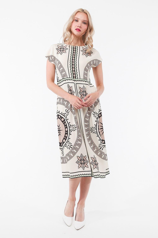Платье З440-541 - Модное платье этно-стиля. Платье нежного молочного цвета с розовым подтоном. Редкий утончённый оттенок.Крупный этнический принт в виде полосок и узоров более насыщенных цветов ярко выделяется на основном фоне. Женский образ в этой модели не оставит равнодушным никого. Впечатляет сочетанием нежности и пикантности модели.Платье свободного прямого кроя длиной чуть ниже колена превосходно смотрится на любом типе фигуры. Не стесняет движений. Платье удачно скроет возможные несовершенства фигуры –  любая модница будет чувствовать себя уверенно и комфортно.Скромный округлый вырез горловины, удлиненная линия плеча. Модель без рукавов открывает взору красоту женских рук.Платье  из натуральной вискозной ткани приятно прилегает к телу.Завораживающее платье с этническим принтом – отличное решение для обновления весенне-летнего гардероба и поможет в создании оригинальных летних образов.