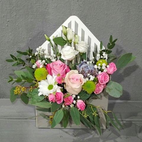Конверт с розами, хризантемами и зеленью